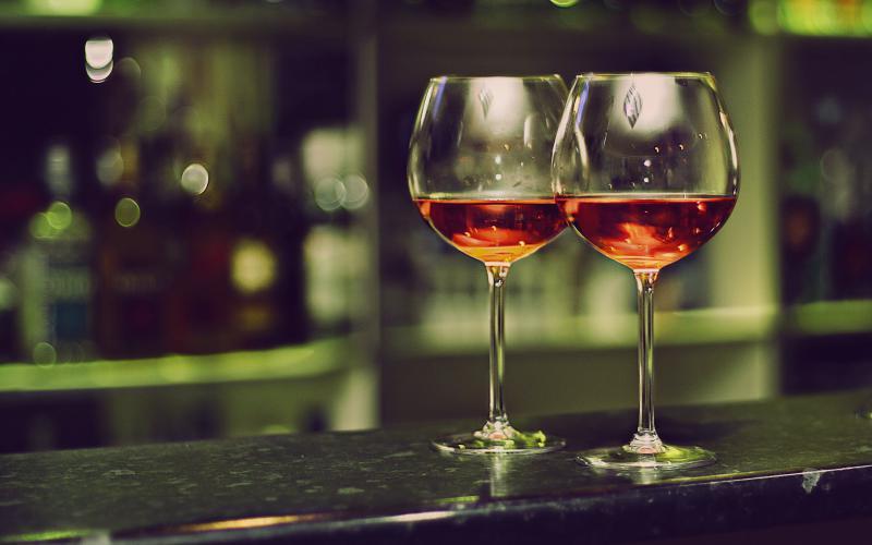 Исследование: два бокала вина в день помогают сжигать жир